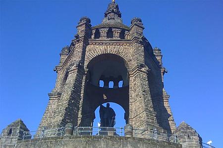 Kaiser-Wilhelm-Denkmal vor blauem Himmel