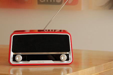 rotes Radio auf Holztisch