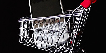 Smartphone im Einkaufswagen