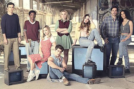 Gruppe Teenager sitzen und stehen zusammen