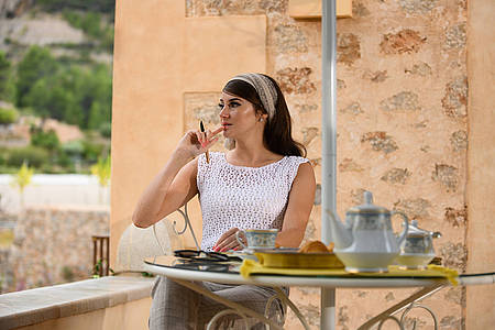 Frau sitzt nachdenklich am Tisch