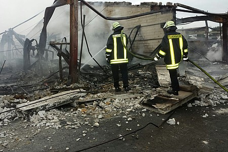 Feuerwehr löscht die brennende Lagerhalle in Löhne
