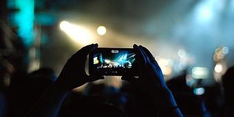 Filmen mit dem Smartphone auf dem Konzert