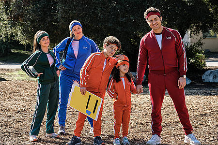 Zwei Erwachsene und drei Kinder in Sportklamotten