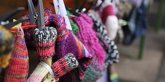 Gestrickte Socken hängen auf einer Leine
