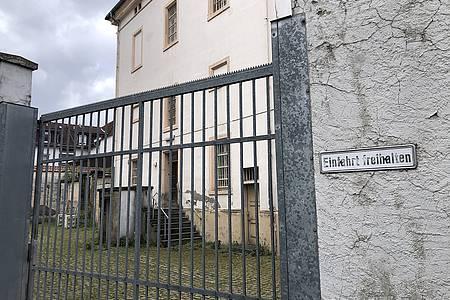 Gittertür dahinter das alte Kreisgerichtsgefängnis Minden