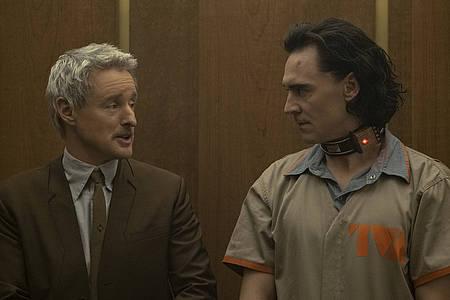 Zwei Männer im Fahrstuhl
