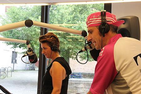 Nadine und Pola fahren im Studio Indoorbike
