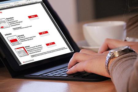 Frau recherchiert am Laptop nach Möglichkeiten der Onlinewerbung auf radioherford.de