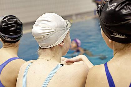 Kinder vor Schwimmbecken