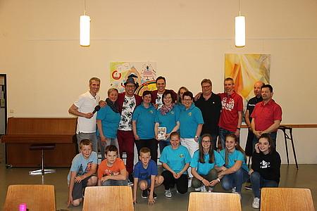 Gruppenfoto von Baumann und Clausen mit den Gewinnern