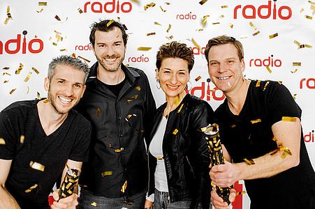 Das Team von Radio Herford und Radio Westfalica wirft Konfetti