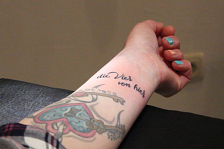 """Tattoo mit dem Schriftzug """"die Vier von hier"""""""