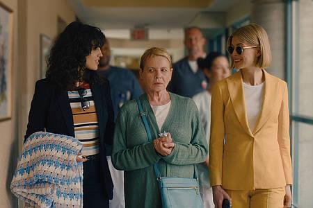 Drei Frauen gehen einen gang entlang
