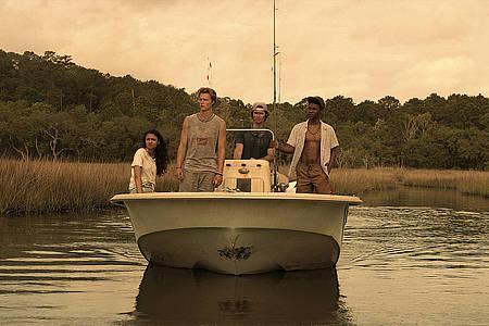Outer Banks Vier Jugendliche auf einem Boot