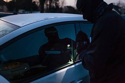 Täter beim Aufbrechen eines Autos