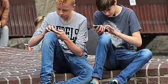 Kinder mit dem Smartphone