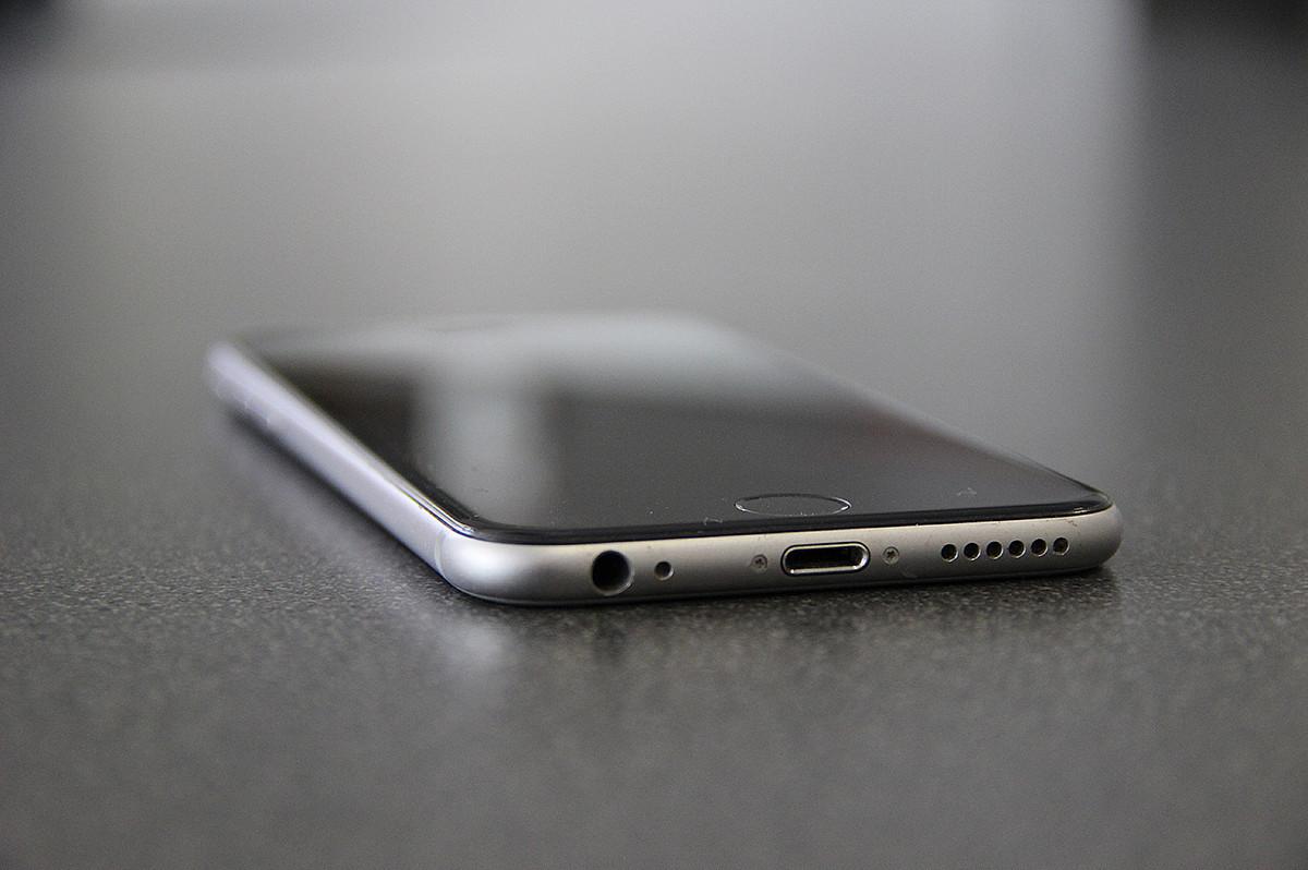 Smartphone liegt auf dem Tisch