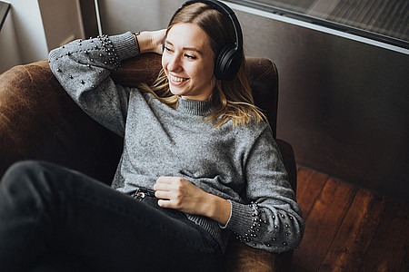 Frau hört im Web Radio Westfalica live