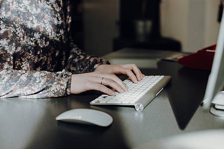 Frau tippt auf der Tastatur