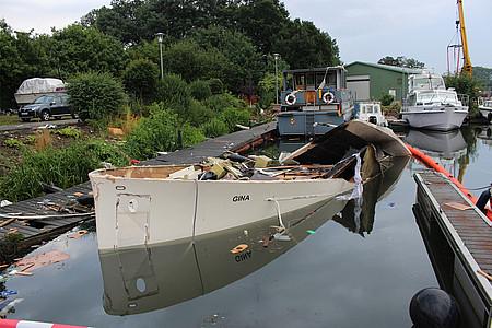 Von Explosion zertrümmerte Yacht geht halb unter