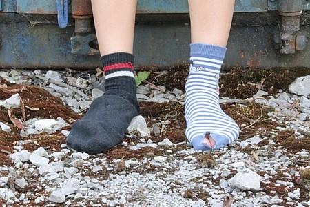 Kinderbeine mit verlotterten Socken