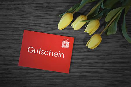 Blumen und Tulpen auf einem Tisch