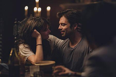 Mann und Frau sitzen in einer Bar und schauen sich an