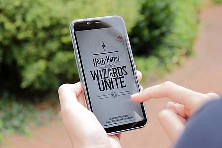 Smartphone auf dem die App Wizard Unite geöffnet ist