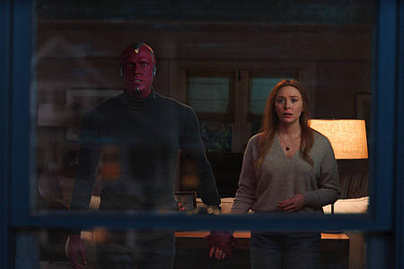 Zwei Superhelden stehen in der Wohnung
