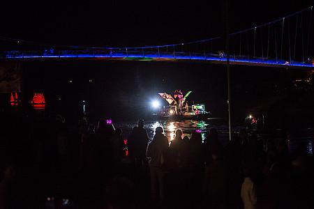 beleuchtetes Boot auf der Weser