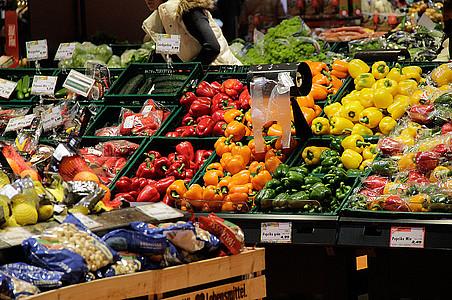 Gemüseabteilung im Supermarkt